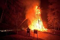 Nejstarší dřevěná rozhledna v Česku, jedinečná Hýlačka ve Větrovech u Tábora, během silvestrovské noci zcela shořela.