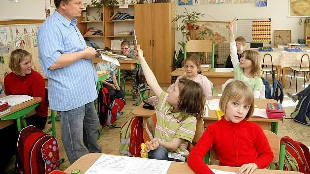 Jednotřídní škola má oproti velkým školám značnou výhodu v tom, že dětem poskytuje komornější prostředí. Vládne tam rodinná a přátelská atmosféra.