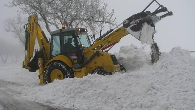 Pracovníci Správy a údržby silnic kraje Vysočina celé dopoledne rozšiřovali pomocí těžké techniky vybrané silnice v okresu