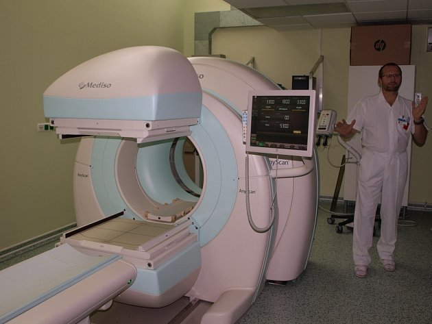 Hybridní zobrazovací zařízení SPECT/CT představil v pelhřimovské nemocnici primář oddělení nukleární medicíny Milan Šimánek (na snímku).
