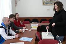 Druhé kolo prezidentských voleb v Litohošti. Jako první vhodila v pátek svůj hlas do volební urny v Litohošti Květa Šimků.