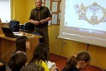 Několik dětí z pelhřimovských základních škol v městské knihovně naslouchaly vyprávění učitele a autora knihy Dědečku, povídej Miloslava Jirků.  Z jeho úst se dověděly o tajuplných místech na Pelhřimovsku opředených pověstmi.