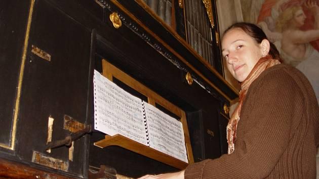 Jana Hubinová zkouší na vzácném historickém nástroji v polenském kostele Nanebevzetí Panny Marie.