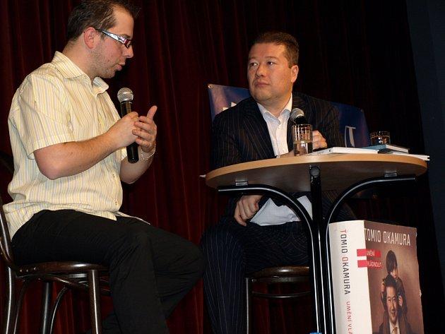 Talk show s Tomiem Okamurou provázel moderátor a imitátor Jiří Bláha. Hudebním hostem byl Víťa Vávra.