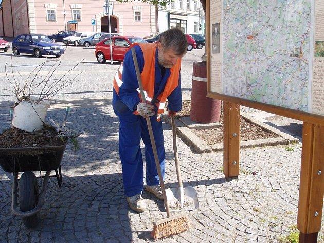 O úklid v Pacově se už léta stará Jiří Vidha (na snímku). Díky němu město září čistotou.