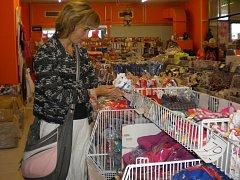 Jana Smrčková využila slev v obchodě s textilem v Pelhřimově, kde nakupovala pro své ratolesti.