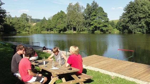 Po výstupu na Svidník si nenechte ujít výlet do nedalekých Černovic. Tam se nachází i přírodní koupaliště Klínot (na snímku), ve kterém se můžete v těchto teplých dnech příjemně zchladit.