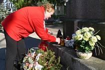 Svíčky ve čtvrtek na Městském hřbitově v Pelhřimově zapálila i Ludmila Matiová.
