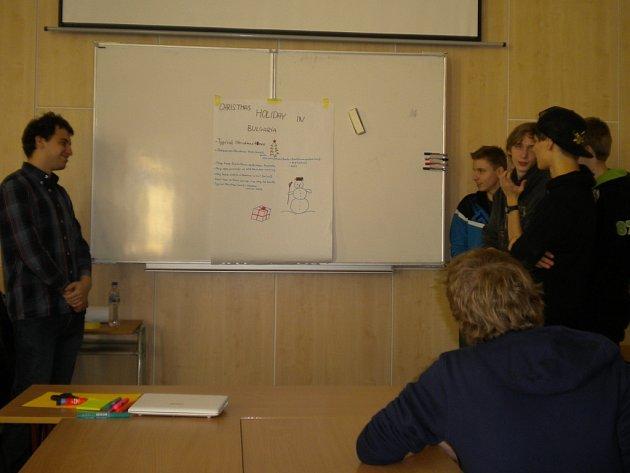 Skupinka studentů na závěr workshopu informuje další účastníky o tom, jak se slaví Vánoce v Bulharsku.