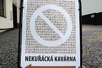 """Takovýto """"zákaz vstupu"""" pro kuřáky od nedávna vítá návštěvníky kavárny Ateliér v Pelhřimově."""