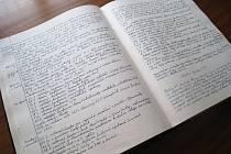 Takhle vypadá pelhřimovská kronika z roku 1989. Všechny kroniky, které jsou starší deseti let, jsou uloženy v depozitáři pelhřimovského archivu. Zbylé jsou k vidění na městském úřadě.