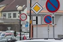 Ktěmto dopravním značkám na rohu ulice Dr. Tyrše přibude od září nová, označující jednosměrný provoz.