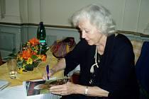 Beseda s autogramiádou Květa Fialová v Počátkách podepisovala i své knihy pamětí Květa Fialová o sobě.