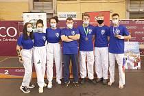 Taekwondisté Sportovního centra mládeže Bohemia na turnaji ve španělské Córdobě. Uprostřed je trenér Petr Lacek.