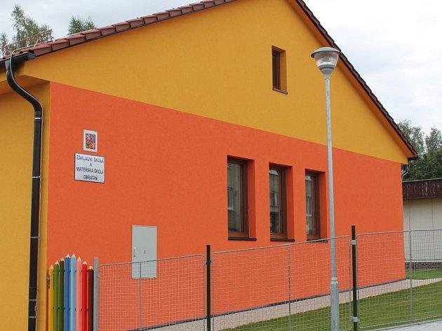 Nová mateřská škola v Obratani se pyšní žluto oranžovou fasádou. Dětem nabízí příjemné, moderní a útulné prostředí.