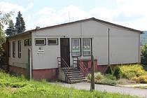 Mateřská školka se nachází v areálu základní školy, haly a hřiště. Na tomto místě bude i nová.