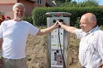 Loňské slavnostní zprovoznění dobíjecí stanice pro elektromobily v obci Kámen.