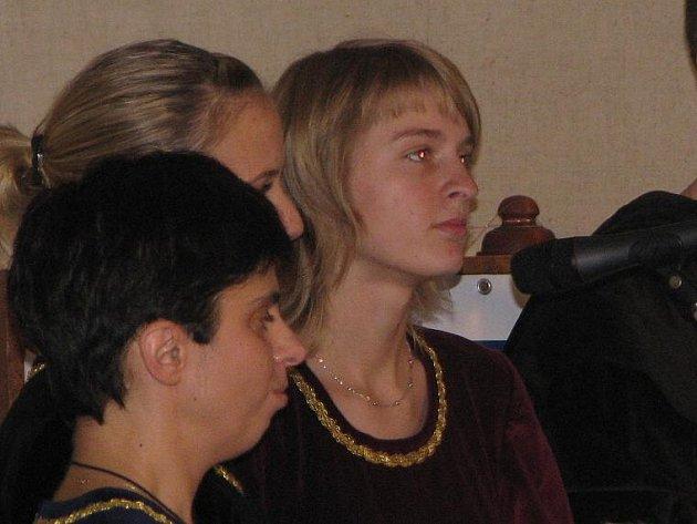 Absolutní vítěz dalšího ročníku Humpoleckého Mládí Jana Dvořáková (třetí zleva) zpívá  ve své domovské formaci Camerata.
