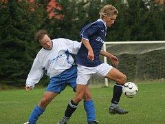 Fotbalisté Černovic (ve světlejších dresech) obsadili na domácím turnaji třetí příčku. Radovala se Planá u Českých Budějovic.