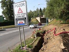U pelhřimovského viaduktu na silnici I/34 jsou v těchto dnech vykopané jámy na kabely.
