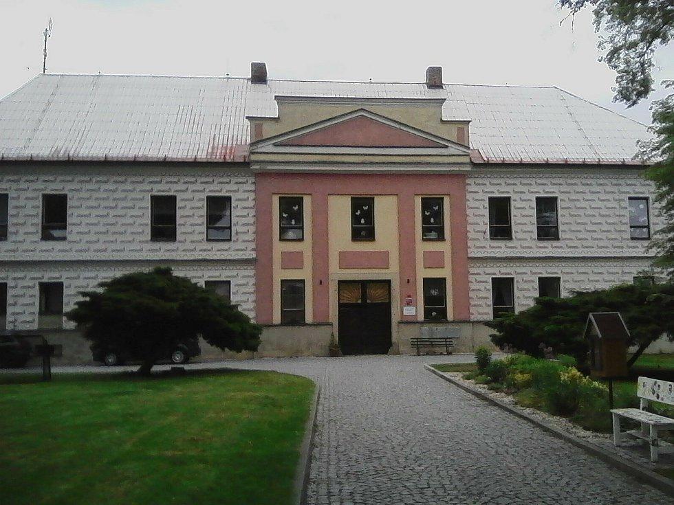 19. Zámek Božejov. Na místě zámku stála tvrz uváděná r.1355, v 15. století hrad, přestavěn renesančně v polovině 16. století, v 17. století rozšířen Voračickými