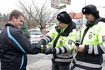 Ve spolupráci  s organizací Bezpečnost silničního provozu (BESIP) ve středu pelhřimovští policisté rozdávali u Školní ulice v Pelhřimově reflexní pásky.