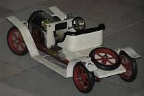 Model automobilu typu Mamod je zhotoven v měřítku 1:13, byl vyroben v padesátých letech minulého století v Anglii a je poháněn párou.