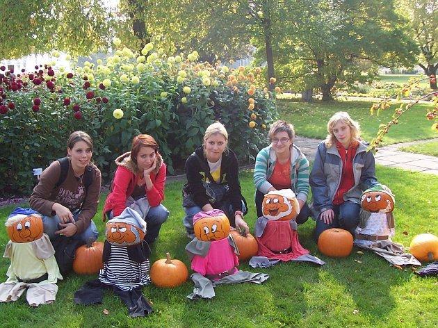 Několik českých děvčat se na výletě v Erfurtu seznámilo mimo jiné také s oblíbenými německými trpaslíky.