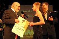 Jako vůbec první si v sobotu večer přišla na pódium pro Cenu města všestranně nadaná Adriana Šimánková.