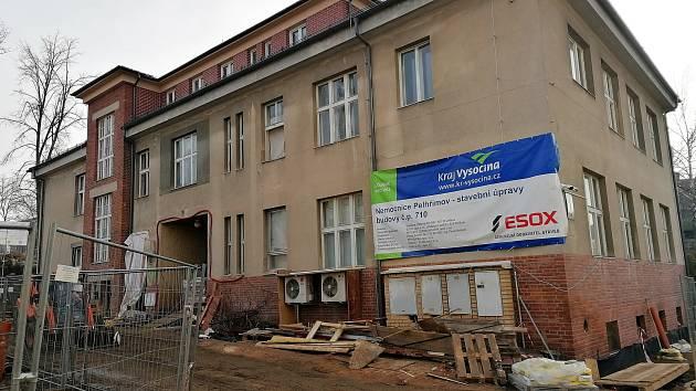 Rekonstrukce administrativní budovy pelhřimovské nemocnice.