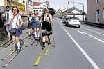 Účastníky v dobových kostýmech čekalo z centra Pelhřimova osm kilometrů s lyžemi na nohou. Zbytek cesty do Nové Bukové dojeli vlakem.