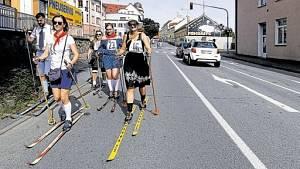 Účastníky v dobových kostýmech čekalo z centra Pelhřimova osm kilometrů s lyžemi na nohou