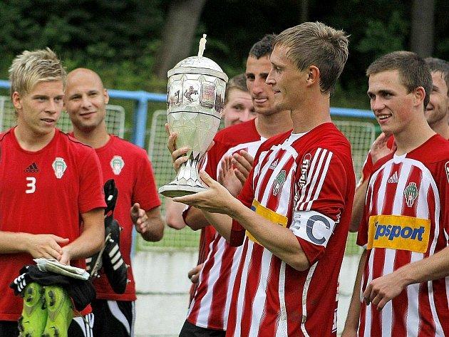 Fotbalisté Viktorie Žižkov v čele s kapitánem Radkem Pilařem (uprostřed) se radují z vítězství na nejstarším turnaji v Česku.