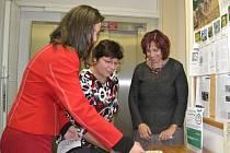 Semínkovnuv humpolecké knihovně otevřely (zleva) Blanka Jiskrová, Lenka Bartáková a Ludmila Trnková.