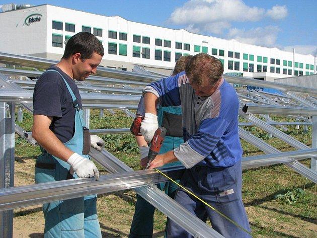 Solární panely se černají také v průmyslové zóně v Kamenici nad Lipou. Sluneční elektrárna tam začne fungovat do konce letošního roku.