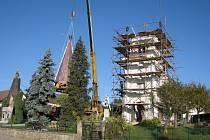 Kostelík v Křelovicích získal v pondělí 13. října novou věžičku