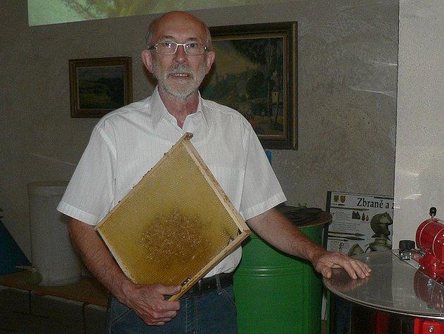 Kvalitní výnosy letos hlásí včelaři v regionu. Na snímku je  včelař František Pokorný ze Žirovnice.