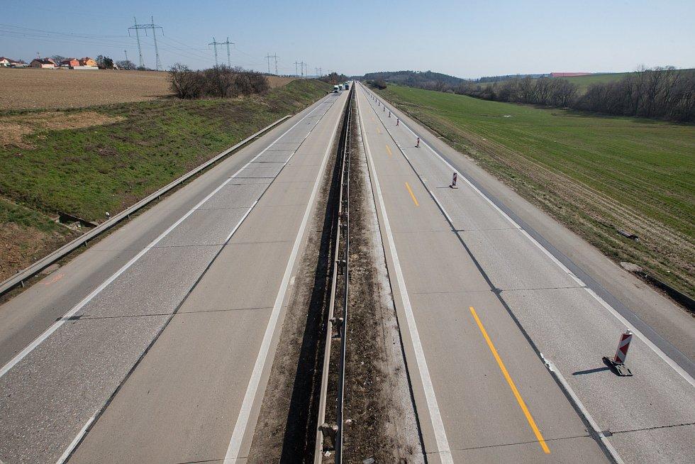 Minimální provoz na dálnici D1 u Domašova dne 24. března 2020.