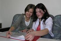 Na rukopisu knihy Všude dobře, v Pelhřimově nejlépe se podíleli žáci celého druhého stupně ZŠ Na Pražské. Svůj příspěvek o cyklotrasách přišly zasunout do desek i Klára Vondrů a Karolína Hovorková.