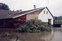 Archivní snímky z Hořepníka ukazují, že některým domům tehdy nepomohly ani zátarasy z pytlů s pískem.
