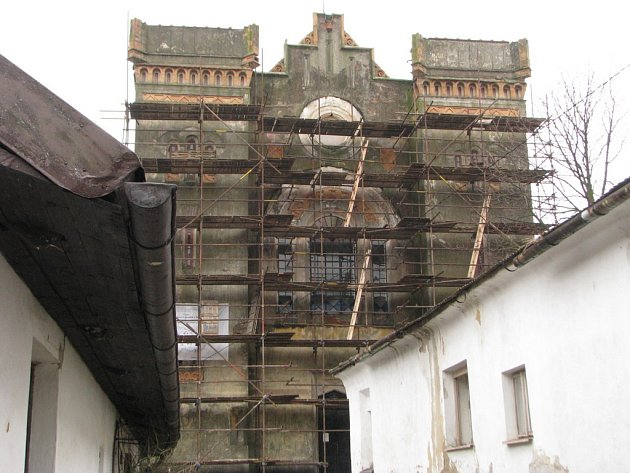 Synagogu v Nové Cerekvi zakrývá lešení.