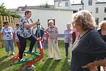 Na zahradě Komunitního domu seniorů v Žirovnici se důchodci rozhýbali.