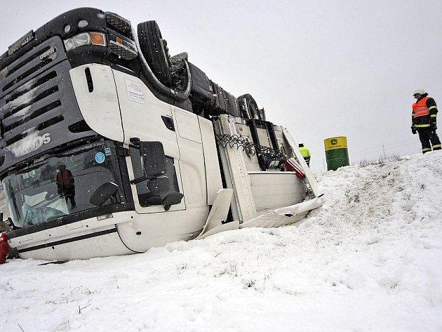 Na silnici I/38 u obce Suchá na Jihlavsku havaroval slovenský kamion vezoucí ocelové traverzy (na snímku).