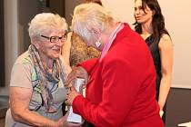 Zámecký sál v Pacově v úterý přivítal téměř šedesát seniorů z České republiky. Ti se tam sešli na závěrečném semináři, na kterém byla slavnostně vyhodnocena jejich práce během semestru Univerzity třetího věku.