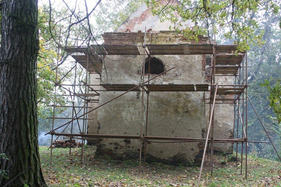 O záchranu kaple svaté Anny u Pelhřimova usiluje sdružení Zelené srdce už čtrnáct let.