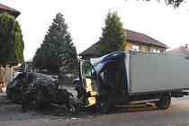 Z osobního vozu zůstala po úprku před policejní hlídkou jen hrozivě vyhlížející hromada šrotu.