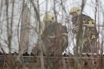 Areál červenořečické papírenské firmy Cerepa, kde v pondělí došlo k rozsáhlému požáru uskladněných výrobků, ještě ve středu monitorovali hasiči.
