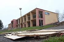 Z chátrající a dlouho nevyužívané budovy u kamenického koupaliště bude nový bytový dům Plovárna.