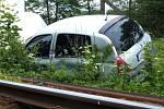 V pondělí okolo půl druhé se střetl na železničním přejezdu vlak s osobním vozidlem. Starší muž řídící Renault Clio předjížděl stojící autobus v domění, že je na zastávce.