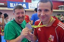 Jakub Skořepa (vpravo) vybojoval v Coimbře stříbrnou medaili. Pochopitelnou radost z nečekaného úspěchu měl i trenér Petr Lacek.